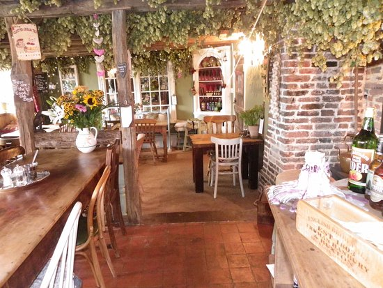Biddenden, UK: Hops and fairy lights adorn the beams.
