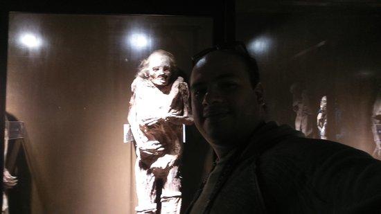 Celaya, Mexico: Foto en la sala 1 del museo de momias, junto a una de ellas