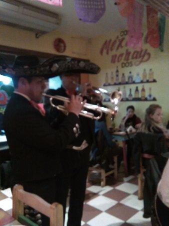 Che Taco Bar y Antojitos Mexicanos: Mariachis en el restaurante celebrando un cumpleaños