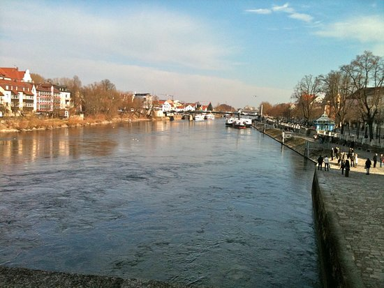 Steinerne Brücke: Great views of the historic Danube from the bridge