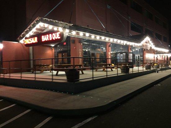 Dinosaur Bar-B-Cue : Outside