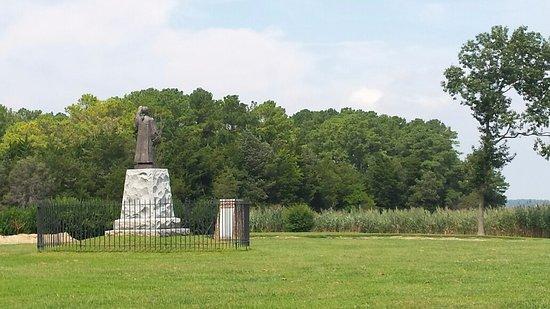 Temperanceville, VA: Reverend Francis Makemie monument facing the Chesapeake bay