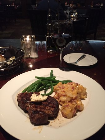 Hinckley, Миннесота: Filet with au gratin potatoes and a Cabernet. Very good.