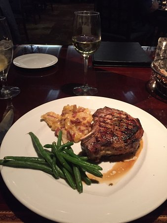 Hinckley, Миннесота: Pork Chop with au gratin potatoes and a nice Chardonnay - excellent pair.