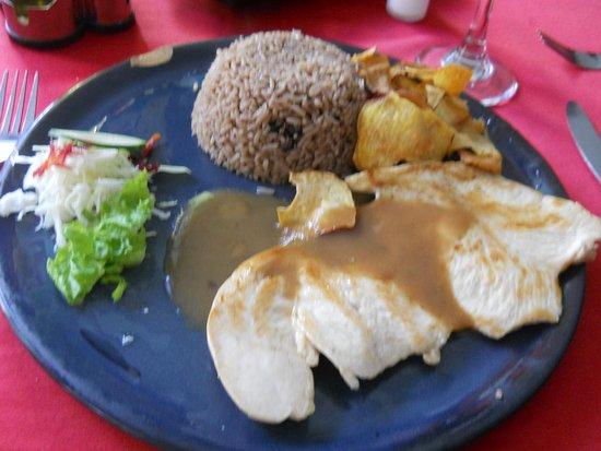 La Roca: Pollo grillado con patatas fritas, verduras y arroz congris