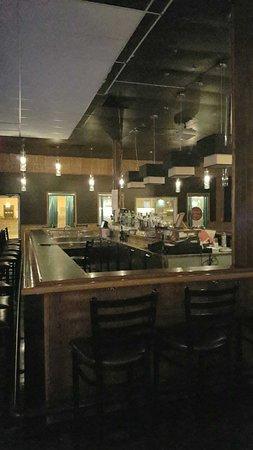 Port-Cartier, Canada : Voici le bar forum de l'autre coter du restaurant, vous pouvez aussi manger avec une belle ambia