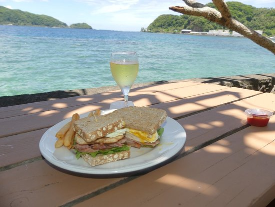 Goat Island Cafe: Sadies Club Sandwich, Chardonnay and the view. Perfect!