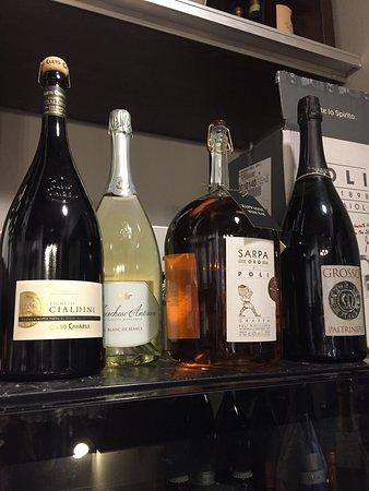Castelfranco Emilia, Italia: Qui puoi trovare una buona scelta di vini e distillati.. ottimi salumi....partendo dalla colazio