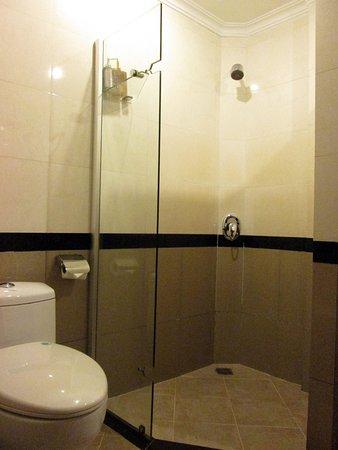 Royal Empire Hotel: バスルーム1