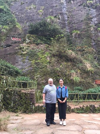 Wuyi Shan, الصين: 350 year-old Da Hong Pao tea plant one-third of the way from the top.