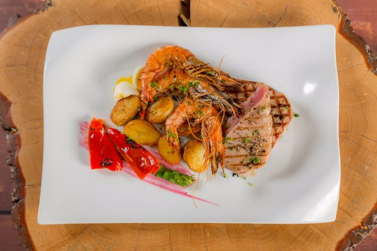 Little Hallingbury, UK: Tuna with Sauteed Potatoes & King Prawns - Bistro Food