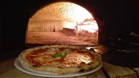 pizza appena sfornata...tengo già l\'aquolina!!! - Picture of La ...