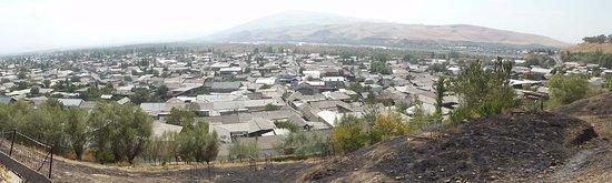 Uzgen, Kirgisistan: Ausblick über die Unterstadt vom Mueseumsgelände aus