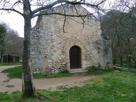 Gemenos, Francia: Une des petites chapelles que l'on peut voir dans le parc