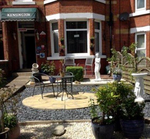 Kensington Guest House: Our front garden