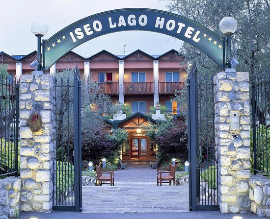 Appartamenti Il Patio: Ingresso Del Residence Il Patio E Dellu0027Iseolago Hotel