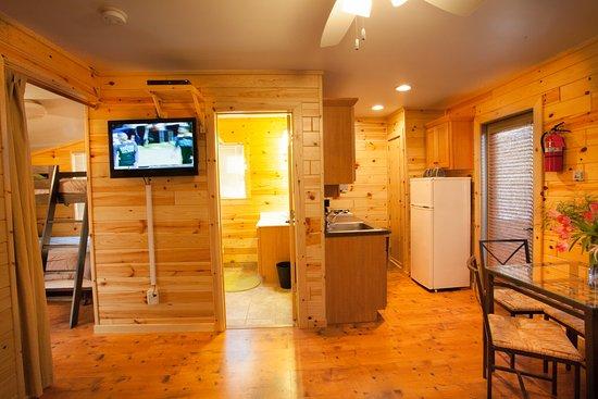 Grayling, ميتشجان: Cabin Kitchen