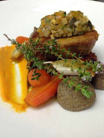 Cuers, Frankrike: Petite échine de porc confite, purée fine de lentilles et carottes glacées