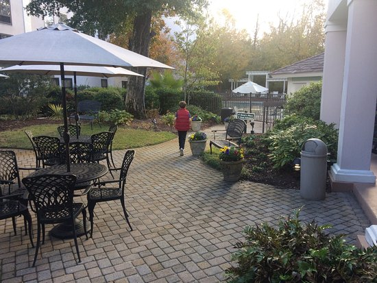 Hampton Inn & Suites Wilmington/Wrightsville Beach: Very comfortable and quiet outdoor area.