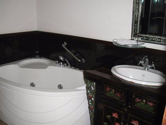 Hotel Penaga: Bathroom - not including shower area