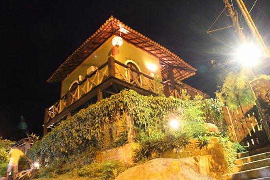 Pousada vivenda das Bromelias: Fachada a noite