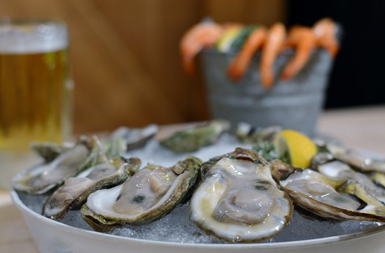 Marble Falls, Teksas: Oysters on the half shell and peel and eat shrimp are a guest favorite