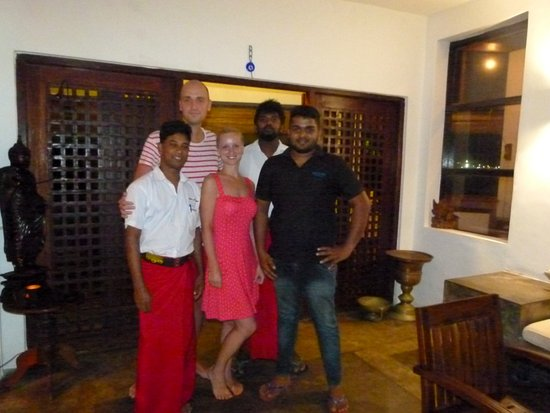 Sun'n'Sea Hotel: Сотрудники отеля: Рохан, Ашан и Чанака в лобби.