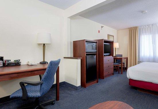 Independence, Missouri: Larger King Guest Room Living Area