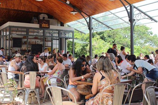 O Bar das Paineiras fica nesse alpendre do Centro de Visitantes.