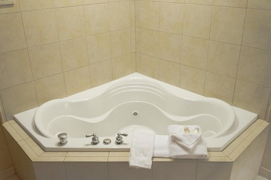Hilton Garden Inn Laramie: King Suite Whirlpool Tub