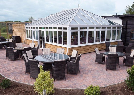 Elsenham, UK: Conservatory & patio for outdoor dining