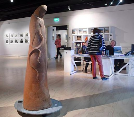 Whangarei, Nueva Zelanda: Manos Nathan's Kaitaiki sculpture - welcoming visitors to the Art Musuem