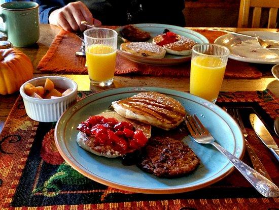 Chimayo, NM: Lemon Blueberry Pancakes and Pork Sausage were yummy!