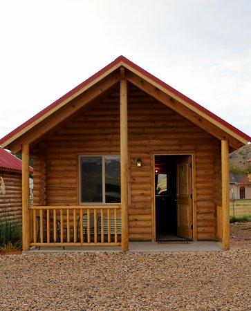 Bryce Canyon Log Cabins: Cabin Exterior