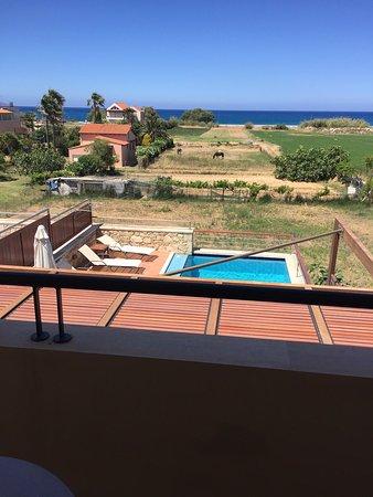 Kamisiana, Grecia: Вид со 2-го этажа на бассейн и пляж