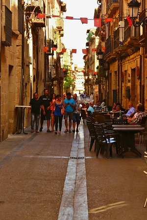 Viana, Spagna: Street just down from hotel.