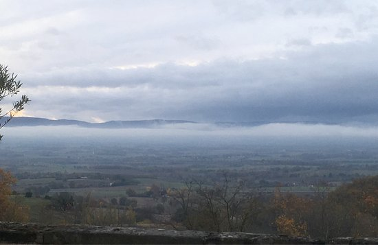 Puylaurens, France : Vue sur la plaine du Lauraguais et une vue automnale après la tempête...