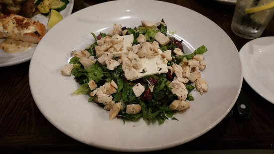 Adrian, Μίσιγκαν: Mediterranean Chicken Salad at Sauce