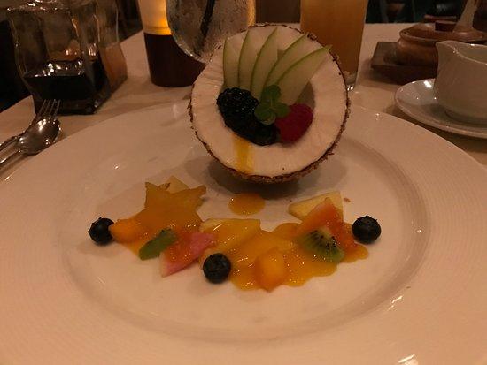 Alan Wong's Restaurant: デザート ココナツをイメージして皮がチョコ。