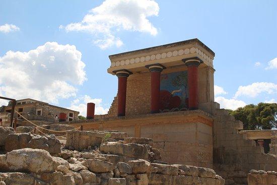 Knossos Archaeological Site: Самая знаменитая уцелевшая часть с фреской красного быка