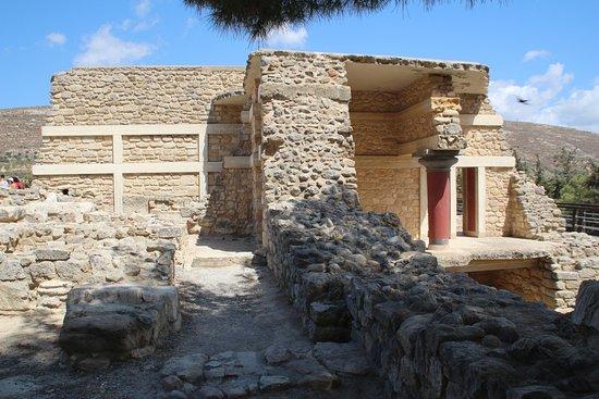 Knossos Archaeological Site: Огромные стены дворца