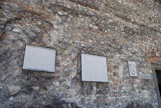 Arqua Petrarca, إيطاليا: Inscripciones exteriores