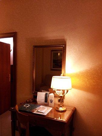Amalia Hotel: Пишущие принадлежности отсутствуют: нет ни бумаги, ни авторучки.