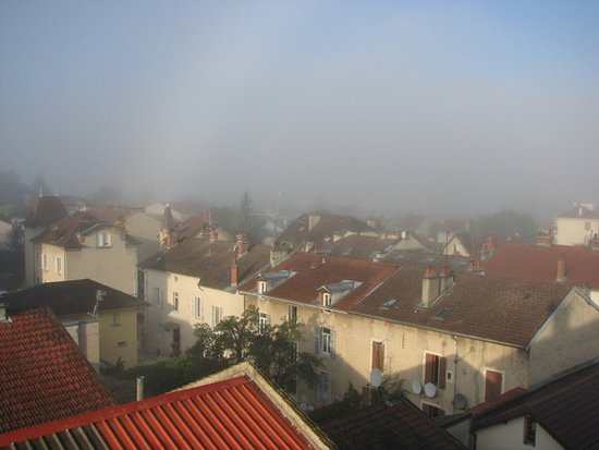 Oyonnax, Frankreich: Morning misty view from room