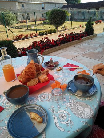 Chinon, France: Breakfast on the front terrace.