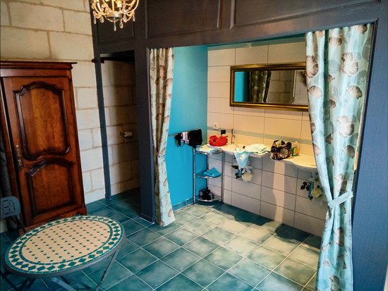 Σινόν, Γαλλία: The bathroom (almost as big as the bedroom!)