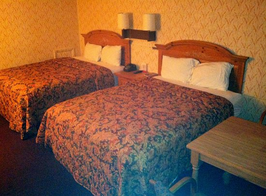 Wytheville, VA: Two Beds with eating table.