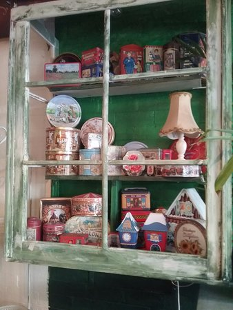 Laidley, Avustralya: Hand made box window with tin collection
