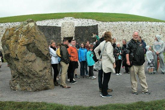 Donore, Irlanda: The entrance to Newgrange