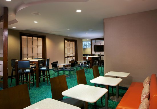 SpringHill Suites Newark Liberty International Airport : Breakfast Buffet Area